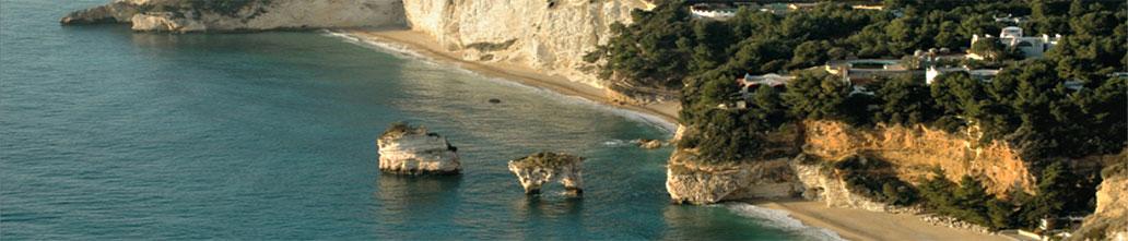 Spiaggia baia delle Zagare con i faraglioni a Mattinata